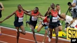Asbel Kiprop wa Kenya akinyakua ushindi katika mbiyo za mita 1500, huko Beijing 2015