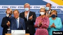 Pemimpin hristian Democratic Union (CDU) dan kandidat teratas untuk kanselir Armin Laschet muncul setelah exit poll pertama untuk pemilihan umum di Berlin, Jerman, 26 September 2021. (Foto: REUTERS/Fabrizio Bensch)