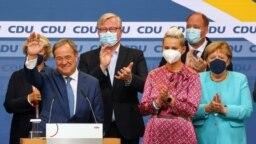 El líder de la Unión Demócrata Cristiana (CDU) y máximo candidato a canciller, Armin Laschet, aparecen después de las primeras encuestas a pie de urna en las elecciones generales en Berlín, Alemania, el 26 de septiembre de 2021.