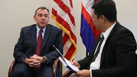 William A. Heidt, US ambassador to Cambodia, sits down for an interview with VOA Khmer reporter Neou Vannarin at the U.S. Embassy in Phnom Penh, Cambodia, on February 10, 2016. (Nov Povleakhena/VOA Khmer)