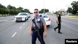 Polisi memblokade lokasi penembakan terhadap enam orang polisi di kota Baton Rouge, Louisiana, Minggu pagi (17/7).