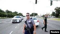 Agentes da polícia na rua onde ocorreu o incidente, Baton Rouge, Louisiana, 17 de Julho, 2016.
