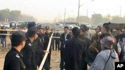 各界人士在法庭外声援吴玉仁