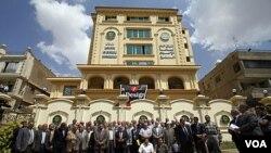 Para anggota Majelis Syura Ikhwanul Muslimin (Persaudaraan Muslim) Mesir berfoto bersama di kantor mereka di Kairo (foto: dok.).