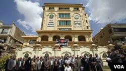 Para anggota dewan Shura kelompok Ikhwanul Muslimin berkumpul di depan markas besar kelompok ini di Kairo (foto: dok). Banyak kalangan menganggap Amerika kurang berbuat banyak untuk mendukung gerakan pro-demokrasi di negara-negara Muslim.