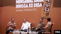 Dari kiri: Wagub Jatim Saifullah Yusuf, Menteri Desa PDT Marwan Jafar, dan Plt. Wakil Ketua KPK Johan Budi pada acara dialog interaktif membahas Dana Desa di Grahadi, Surabaya, Jatim hari Jumat 16 Oktober 2015 (VOA/Petrus Riski).