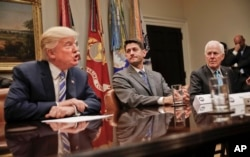 美国参议院多数党党鞭科宁(右)和众议院议长瑞安在白宫听川普总统讲话(2017年6月6日)