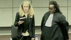 میا فارو در هنگام سوگند یاد کردن در دادگاه لاهه