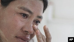 Burmese Ma Moe, who is infected with HIV, cries as she remembers how her husband died of AIDS. The number of AIDS cases in Asia has increased. (AP)