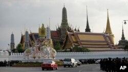 Konvoi kendaraan yang membawa jenazah Raja Thailand Bhumibol Adulyadej saat memasuki Grand Palace di Bangkok, Thailand, 14 Oktober 2016 (AP Photo/Sakchai Lalit)