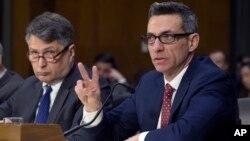 Clint Watts, experto en Seguridad Nacional, testifica ante la Comisión de Inteligencia del Senado. Junto a él, Eugene Rumer.