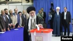 L'ayatollah Ali Khamenei votant dans son bureau, au centre de Téhéran (14 juin 2013)