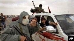 لیبیا میں معمر قزافی کی وفادار فورسز اور باغیوں کے درمیان ہلاک خیز جھڑپیں ہوئی ہیں۔