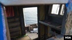 Рубка северокорейской шхуны, выброшенной на берег бухты Патрокл во Владивостоке