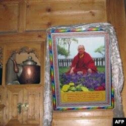 藏民家里悬挂的活佛肖像