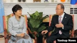 박근혜 한국 대통령(왼쪽)이 25일 오후 미국 뉴욕 유엔사무총장 관저에서 반기문 사무총장을 면담하고 있다.