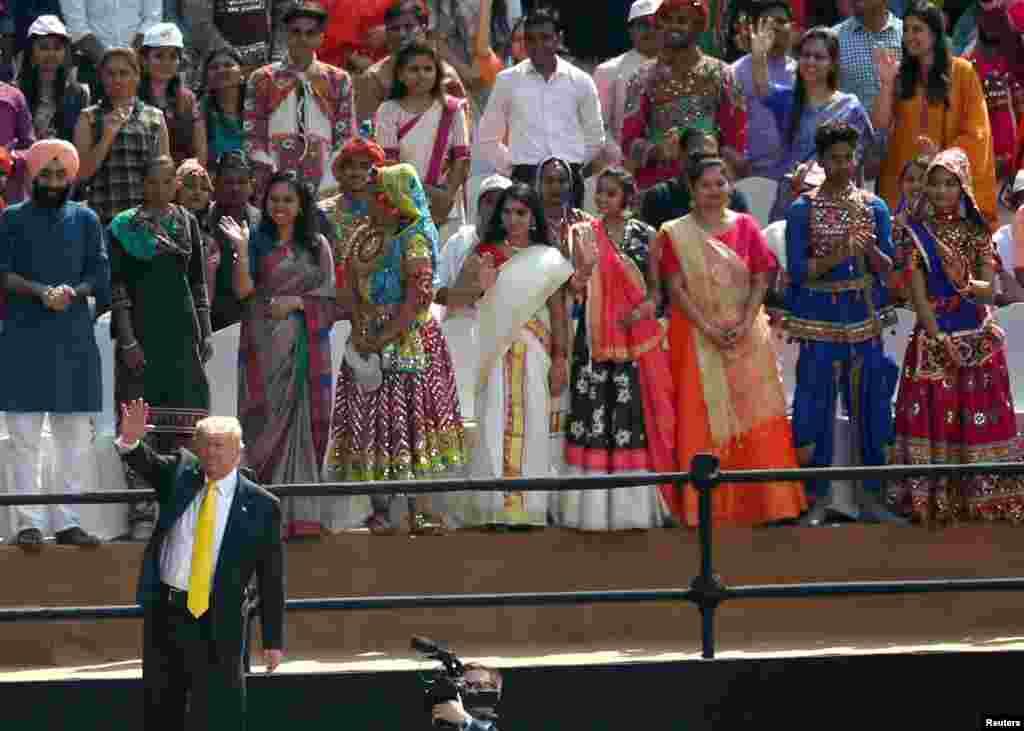 احمد آباد کے سردار پٹیل اسٹیڈیم میں صدر ٹرمپ کے اعزاز میں خصوصی تقریب 'نمستے ٹرمپ ' سجائی گئی جس میں بھارتی دعوؤں کے مطابق ایک لاکھ افراد نے شرکت کی اور صدر ٹرمپ کا خطاب سنا۔ انہوں نے عوام کے پرجوش استقبال پر خوشی کا اظہار کیا اور ان کا شکریہ بھی ادا کیا۔