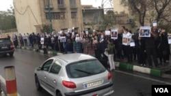 یکی از تجمع های اعتراضی هواداران محمد علی طاهری، بنیانگذار عرفان حلقه، مقابل زندان اوین
