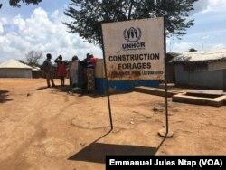 Sur le site de Gado-Badzéré, des réfugiés recueillent de l'eau au forage, le 6 novembre 2018. (VOA/Emmanuel Jules Ntap)