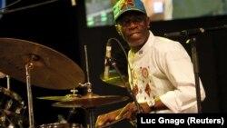 Le batteur ivorien Paco Sery en concert au Masa à Abidjan le 10 mars 2016.