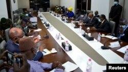 Pertemuan antara para pemimpin junta Komite Nasional untuk Penyelamatan Rakyat (CNSP) yang menggulingkan Presiden Mali Ibrahim Boubacar Keita dan Komunitas Ekonomi Negara Afrika Barat (ECOWAS). (Foto: Reuters)