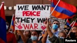 ARHIVA - Protest Federacije mladih Jermenije protiv, kako kažu, agresije Azerbejdžana u regionu Nagorno Karabah, protestuju ispred konzulata Azerbejdžana u Los Anđelesu.