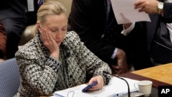 Hillary Clinton ketika masih menjabat sebagai Menlu AS tahun 2012, memeriksa ponselnya di sela pertemuan DK PBB (foto: dok).