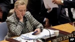 Tư liệu - Ngoại trưởng Mỹ Hillary Clinton xem điện thoại di động sau khi phát biểu trước Hội đồng Bảo an tại trụ sở Liên Hiệp Quốc, ngày 12 tháng 3, 2012.