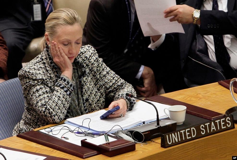 2012年3月12日,克林顿国务卿在对联合国安理会发表讲话后,看手机