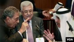 Sekjen Liga Arab Amr Moussa (kiri) dan Presiden Mahmoud Abbas (tengah) dalam pertemuan para Menteri Luar Negeri Liga Arab di Libya, kemarin, 8 Oktober 2010.
