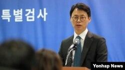 박근혜 대통령의 비위 의혹과 최순실 게이트를 수사 중인 박영수 특별검사팀 이규철 대변인이 28일 서울 대치동 사무실에서 브리핑을 하고 있다.