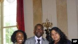 Três jovens moçambicanos convidados a participar na Cimeira dos Jovens Líderes Africanos, a convite da Casa Branca: Quitéria Guirengane, do Parlamento Juvenil; Paulo Araújo, da AJUDE; e Nadia Gomes, da Liga dos Direitos Humanos