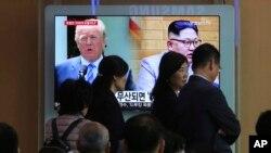جنوبی کوریا کے ایک ریلوے اسٹیشن پر نصب ٹی وی اسکرین پر امریکی صدر ڈونلڈ ٹرمپ اور شمالی کوریا کے سربراہ کم جونگ ان کی متوقع ملاقات سے متعلق رپورٹ نشر ہو رہی ہے (فائل فوٹو)