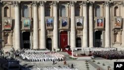 Để giữ đức tin đúng đắn, Tòa thánh Vatican cho biết tro và các mảnh xương không thể được giữ tại nhà, vì điều đó tước đi của cộng đồng Công giáo việc cùng tưởng nhớ người đã khuất.