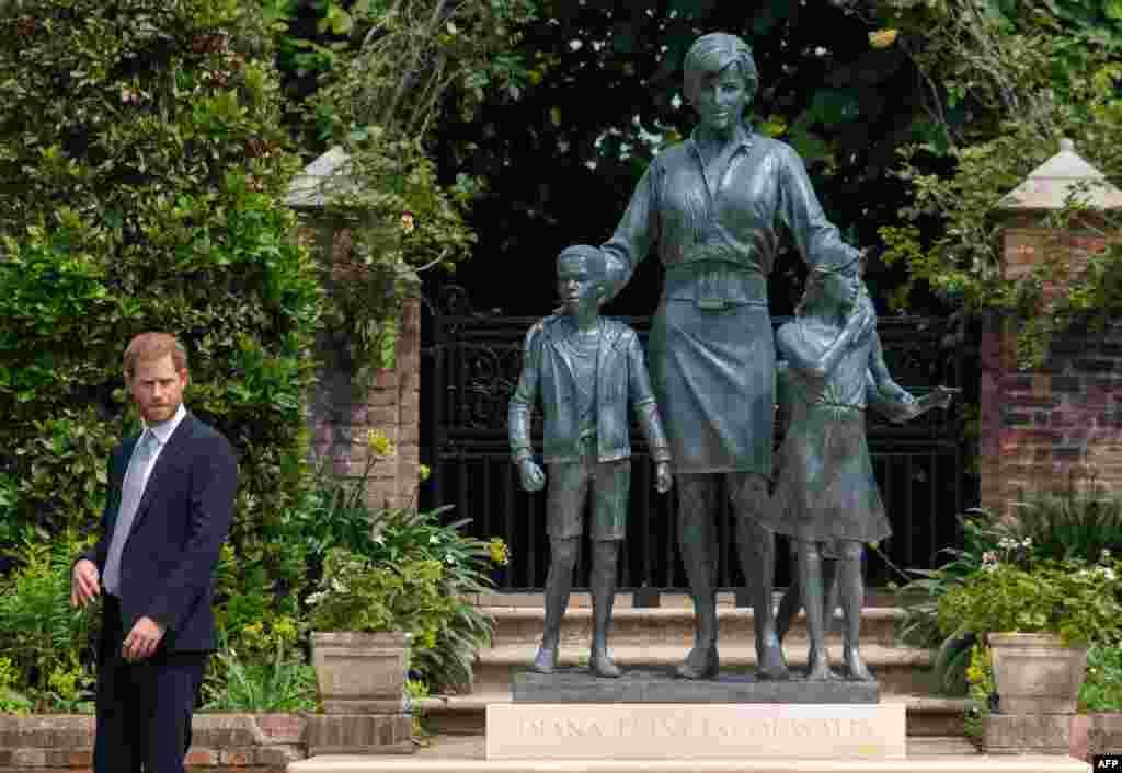 اس مجسمے کے نیچے لیڈی ڈیانا کا نام اور نقاب کشائی کی تاریخ بھی درج ہے۔