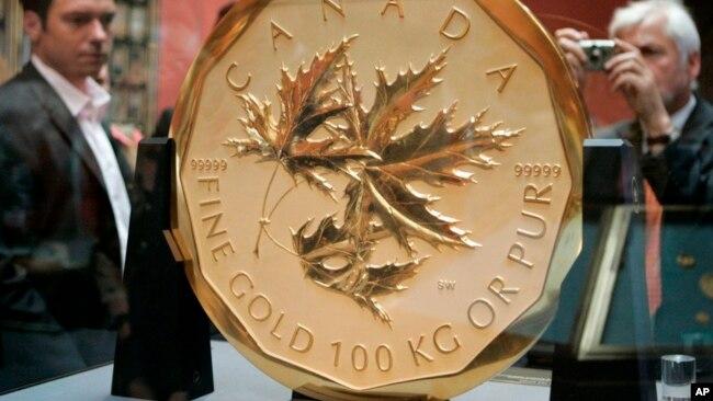 """Los visitantes echan un vistazo a la moneda de oro más grande y cara del mundo, la """"Hoja de arce canadiense""""."""