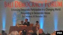 Menteri Luar Negeri Indonesia Marty Natalegawa memberikan sambutan pada penutupan 'Bali Democracy Forum IV' di Nusa Dua, Bali (9/12).