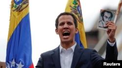 委内瑞拉反对派领导人胡安·瓜伊多(Juan Guaido)在反对马杜罗的群众大会上手持宪法。