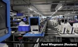 Ventilator Hamilton Medical AG diangkut dengan konveyor di pabrik di Domat/Ems, Swiss 18 Maret 2020. Indonesia masih bergantung pada impor alat-alat kesehatan. (Foto: REUTERS/Arnd Wiegmann)