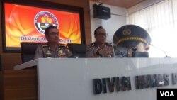 Kepala Biro Penerangan Masyarakat Divisi Humas Polri, Brigjen Dedi Prasetyo (kanan) dalam jumpa pers di kantornya, Senin (6/5). (VOA/Fathiyah)