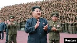 김정은 북한 국방위 제1위원장(가운데)이 강원도 원산 육아원과 고아원이 완공된 것을 치하하며 군인 건설자들과 기념 사진을 찍었다고 노동신문이 지난달 3일 보도했다. (자료사진)