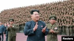 El líder norcoreano, Kim Jong Un, aplaude durante una sesión de fotos con soldados, en Pyongyan, el 3 de junio de 2015.