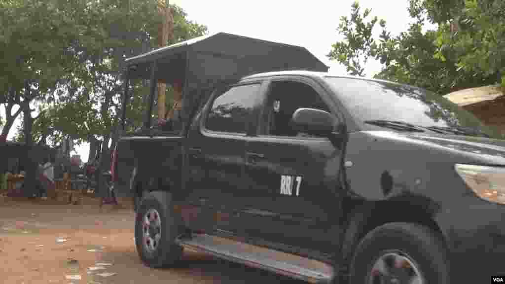 Des forces de sécurité patrouillent dans le camp de déplacés de New Kochogoro, à Abuja, le 7 mars 2016. (VOA/Nicolas Pinault)