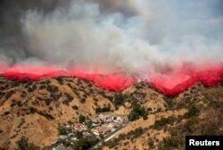 지난 2일 미국 캘리포니아주 LA카운티 소방당국이 버뱅크 시내에서 산불확산 차단 작업을 진행하고 있다.