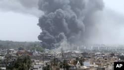 的黎波里6月7日遭到北约空袭,冒起浓烟