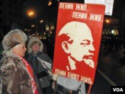 去年十月革命节集会中手持列宁像的俄共党员 (美国之音白桦拍摄)