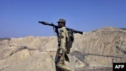 Pakistanski vojnik patrolira plemenskim područjem duž granice sa Avganistanom