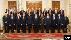 Novi premijer Adli Mansur sa svojim kabinetom posle današnje ceremonije u predsedničkoj palati u Kairu