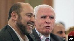 Azzam al-Ahmad (kushoto), mkuu wa Fatah, na Mousa Abu Marzook, afisa mwandamizi wa Hamas, wakizungumza na waandishi habari baada ya rais Mahmoud Abbas kutangaza makubaliano mepya.