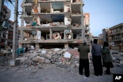 13일 이란 서부 샤르폴-에-자하브 시의 건물들이 강력한 지진으로 무너져 내린 모습이ㅏㄷ.